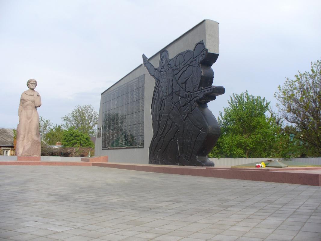 Мемориальный комплекс с крестом Каменск-Уральский Мемориальный комплекс с барельефом в человеческий рост Сходня